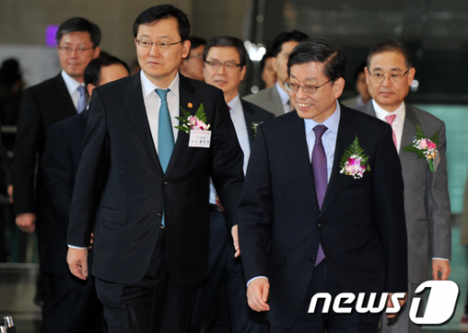 [사진]취업박람회 참석한 김황식 총리와 홍석우 장관