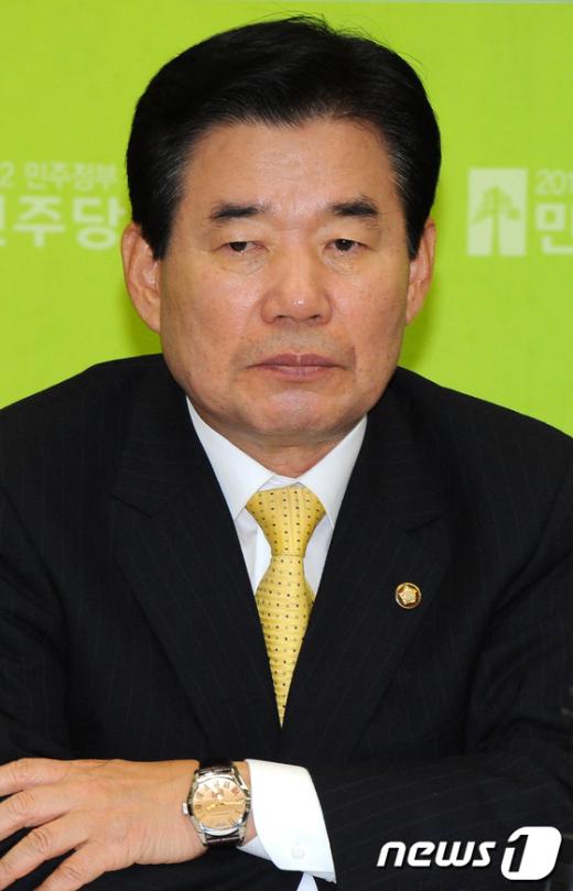 News1 민주당 김진표 원내대표가 1일 오전 국회에서 열린 고위정책회의에서 생각에 잠겨있다. 이광호 기자