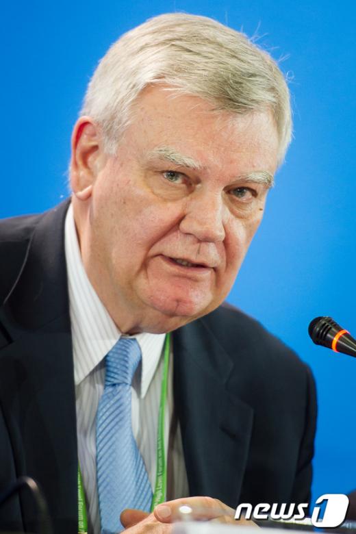 [사진]부산선언 설명하는 브라이언 앳우드 OECD DAC 의장