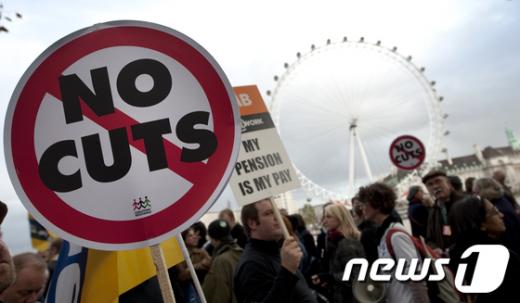 11월 30일 전면 파업한 영국공공부문 노조원들이 런던에서 연금 개혁에 반대하는 시위를 벌이고 있다 AFP=News1