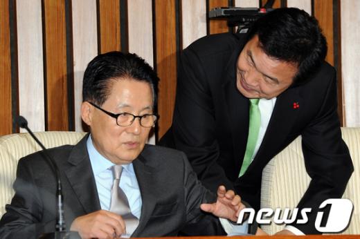 [사진]대화나누는 손학규-박지원
