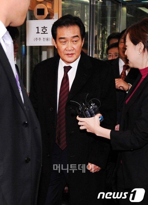 ↑유경선 유진그룹 회장이 30일 오전 하이마트 임시주총을 마친후 본사로비를 떠나는 모습.