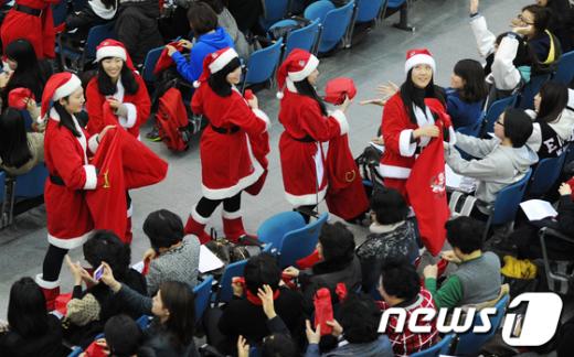 [사진]선물 나눠주는 산타 학생들