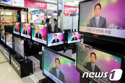 종합편성채널이 일제히 개국한 1일 오후용산 종합전자상가 가전매장에 설치된 TV에서 한 종편채널이 방송되고 있다.  News1 한재호 기자