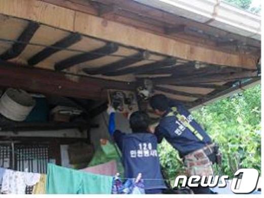 남원시 '찾아가는 현장민원120봉사대'가 누전차단기를 교체해 주고 있다.. / 사진제공=남원시청News1