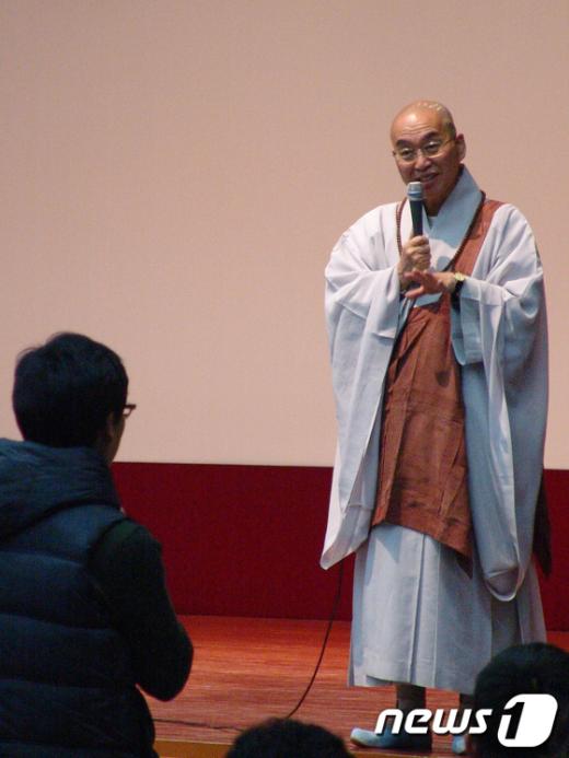 1일 구미에서 열린 강연에서 청중의 질문에법륜스님이 대답하고 있다. News1