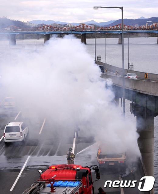 [사진]한강 강변북로 불타는 트럭