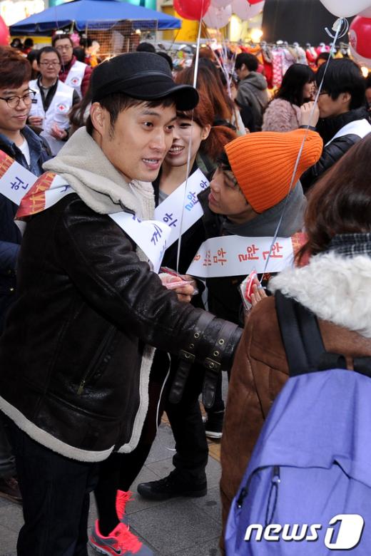 [사진]헌혈 홍보하는 송준근