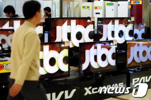 서울 용산 종합전자상가 가전매장에 설치된 TV에서 한 종편채널이 방송되고 있다.  News1 한재호 기자