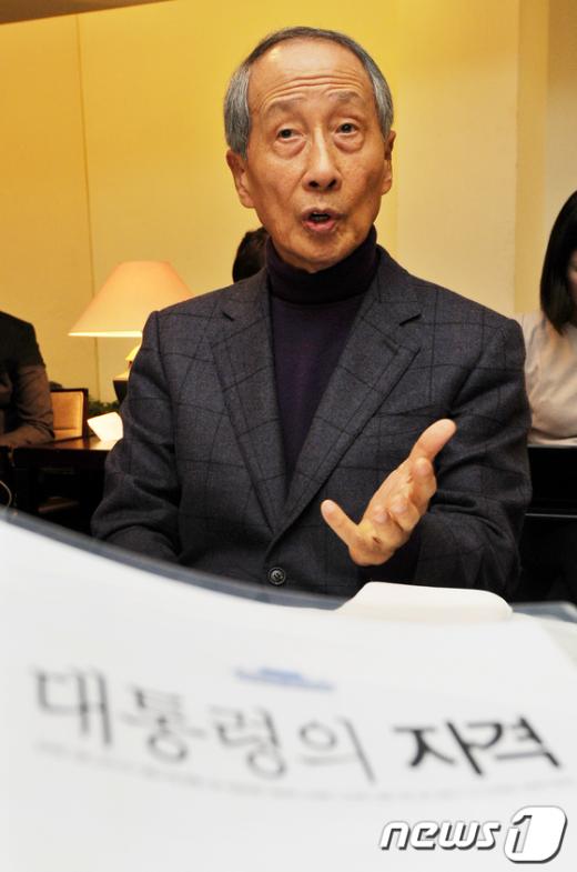 윤여준 전 환경부 장관이 21일 오후 서울 정동 달개비에서 책 '대통령의 자격' 출간간담회를 갖고 있다.  News1 이명근 기자
