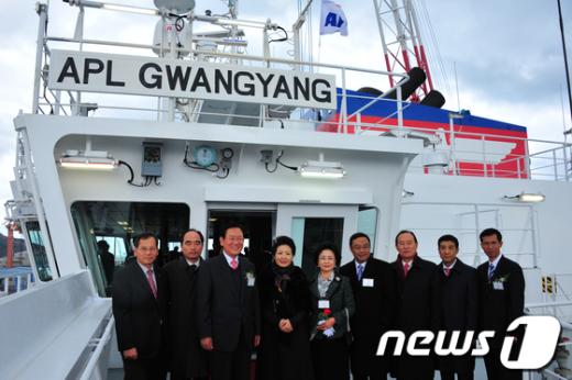 광양호 명명식에 참석한 이성웅 시장(왼쪽 세번째)/사진제공=광양시청 News1