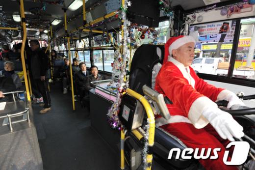 [사진]도심에 등장한 산타버스