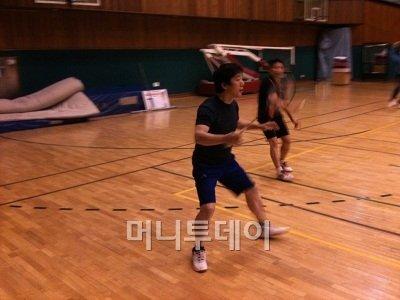 ↑정봉주 전 의원이 7일 새벽 서울산업대 체육관에서 동호회 회원들과 배드민턴을 치고 있다.