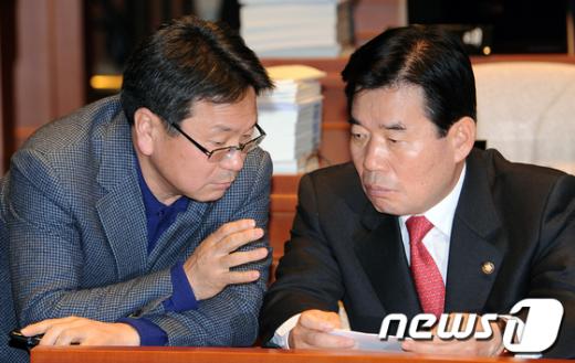 [사진]의견나누는 김진표-강기정