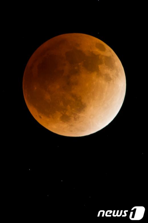 개기월식이 일어난 10일 밤 서울 하늘에 달이 지구의 본그림자에가려져 붉다.  News1 유승관 기자