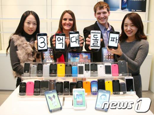 삼성전자 임직원들이 수원사업장에서 갤럭시 노트 등을 선보이며 '휴대폰 연 3억대 돌파'를 기념하고 있다.  News1