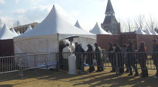 ↑둔촌주공아파트 조합원들이 총회장 안으로 입장하고 있다. ⓒ민동훈 기자