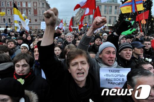10일 러시아 상트페테르부르크에서 부정선거를 규탄하는데 1만명이 참여했다. AFP=News1