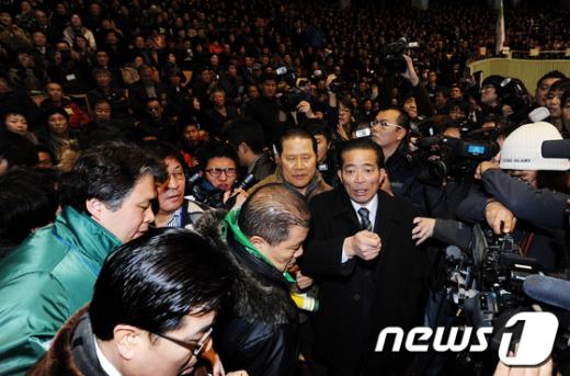 [사진]민주당 전당대회 난입한 '통합 반대파'