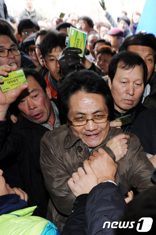[사진]민주당 전당대회 '격렬한 몸싸움'