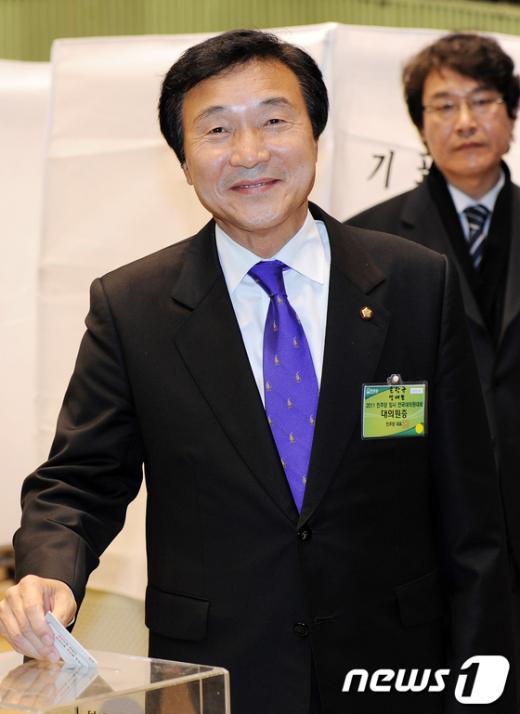 [사진]전당대회 투표하는 손학규 대표