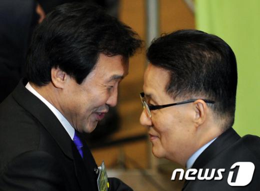 [사진]귀엣말 나누는 손학규-박지원