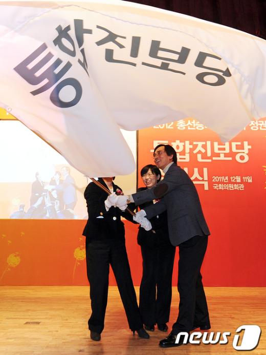 [사진]당기 흔드는 통합진보당 공동대표