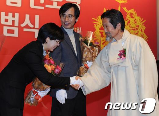 [사진]악수하는 이정희-강기갑