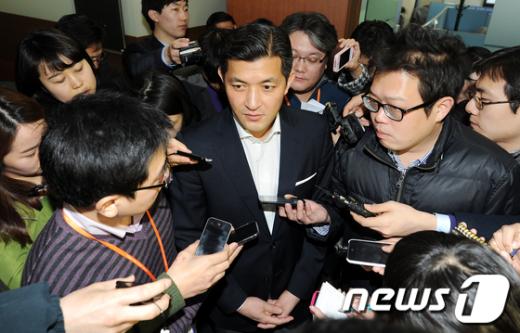 한나라당 홍정욱(서울 노원병) 의원이 11일 오후 서울 여의도 한나라당사에서 19대 총선 불출마 기자회견을 갖고 취재진의 질문에 답하고 있다.