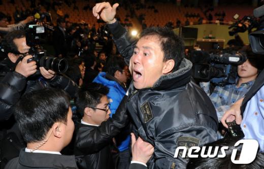 [사진]'전당대회 무효' 외치는 민주당원