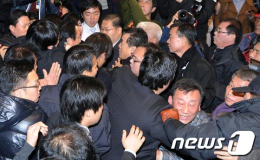 [사진]민주당 '몸싸움' 대의원대회