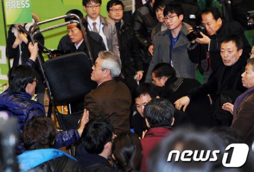 [사진]'몸싸움에 의자까지' 민주당 전당대회 파행