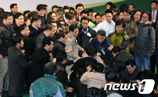 [사진]단상 난투극 된 민주당 전당대회