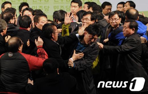 [사진]폭력사태 얼룩진 민주당 '야권통합' 전당대회
