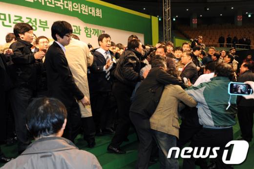 [사진]민주당 전당대회 '난투극'