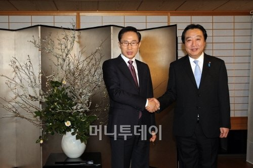 ↑일본을 방문 중인 이명박 대통령이 17일 노다 요시히코 일본 총리가 주최한 만찬에 앞서 노다 총리와 악수를 나누고 있다.