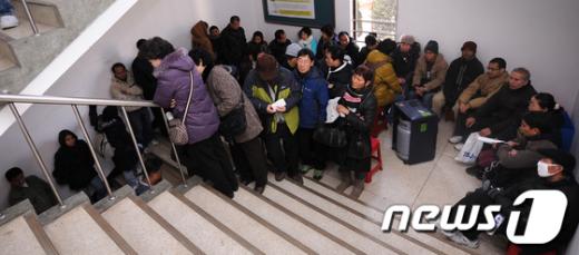[사진]진료받기 위해 모인 외국인 노동자들