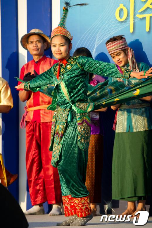 [사진]캄보디아 전통 춤 선보이는 이주노동자