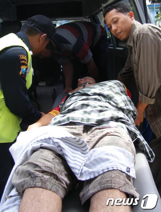 17일 인도네시아 자바섬 부근에서 침몰한 호주행 밀입국선에서 생존한 아프가니스탄 남성이 구급차에 실리고 있다. AFP=News1
