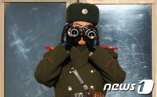 [사진]노려보는 북한군 병사