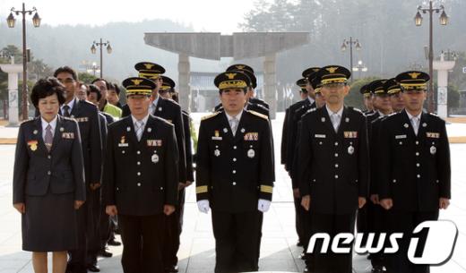 [사진]신년참배하는 광주 북부소방대원들