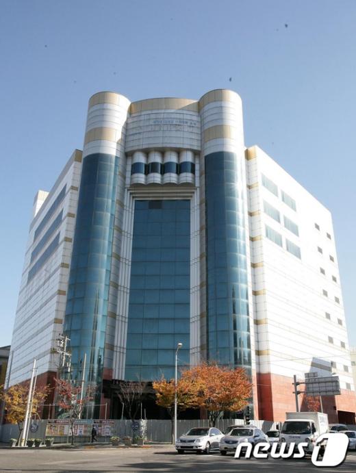 오는 2013년까지 리모델링을 거쳐 광주 남구청사로 활용될 주월동 옛 화니백화점 건물. /사진제공=광주 남구  News1