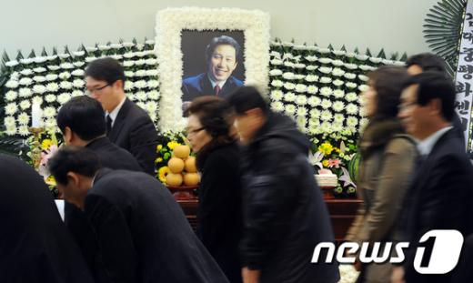 [사진]故 김근태 고문 빈소 '조문행렬'