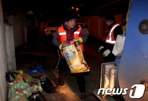 손수 생활쓰레기 수거를 하고 있는 정기호 영광군수(사진 가운데)모습./사진제공=영광군청  News1