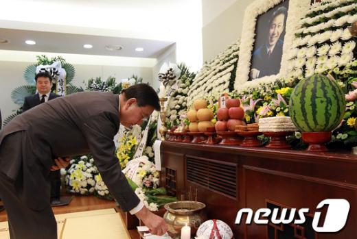 [사진]조문하는 홍석현 회장