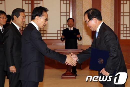 [사진]李대통령, 이희성 식약청장 임명장 수여