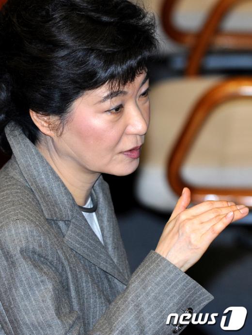 31일 오전 국회 본회의장에서 한나라당 박근혜 비상대책위원장이 유승민 의원과 얘기를 나누고 있다.  News1 박정호 기자