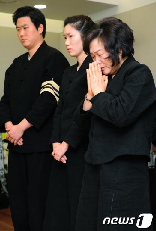 [사진]기도하는 인재근 여사