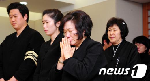 [사진]故김근태 발인식에서 기도하는 인재근 여사