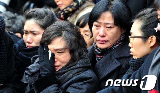 [사진]고인의 영정앞에서 슬퍼하는 유가족들